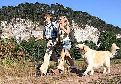 Wanderer mit Hund im Südharz